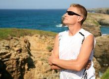 Hübscher blonder Mann genießen Strand Ribadeo Spanien Las Catedrales Lizenzfreies Stockfoto