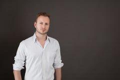 Hübscher blonder Mann - Mann lokalisiert auf schwarzem Hintergrund Stockbilder