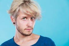 Hübscher blonder Mann mit großer Frisur Stockfotos