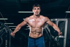 Hübscher Bodybuilder arbeitet Übung in der Turnhalle hochdrücken aus Lizenzfreie Stockbilder