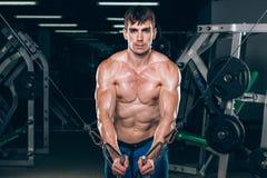 Hübscher Bodybuilder arbeitet Übung in der Turnhalle hochdrücken aus Stockbild