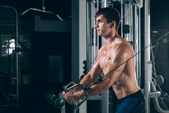 Hübscher Bodybuilder arbeitet Übung in der Turnhalle hochdrücken aus Stockbilder