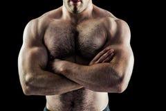 Hübscher Bodybuilder mit den Armen gekreuzt stockbild
