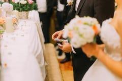 Hübscher Bräutigam, der Abzahlung der Braut auf zuhause heiraten hält Lizenzfreies Stockbild
