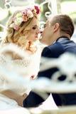 Hübscher Bräutigam, der blonde schöne Braut in magischer Fee t küsst Lizenzfreie Stockfotos