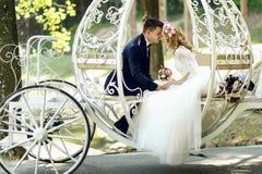 Hübscher Bräutigam, der blonde schöne Braut in magischer Fee t küsst Stockfotos