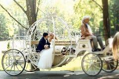 Hübscher Bräutigam, der blonde schöne Braut in magischer Fee t küsst Stockfoto
