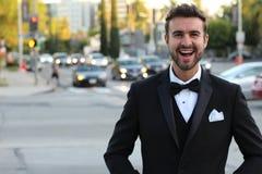 Hübscher Bräutigam, der draußen lächelt Lizenzfreies Stockfoto