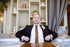 Hübscher Bräutigam in der Klage in der Halle Lizenzfreie Stockbilder