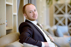 Hübscher Bräutigam in der Klage in der Halle Lizenzfreie Stockfotos