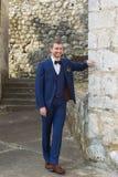 Hübscher Bräutigam in einer blauen Klage stockfoto
