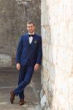 Hübscher Bräutigam in einer blauen Klage stockbild