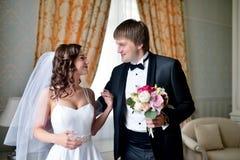 Hübscher Bräutigam sieht zuerst die Schönheitsbraut morgens Lizenzfreie Stockbilder