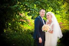 Hübscher Bräutigam und blonde Braut Lizenzfreie Stockfotografie