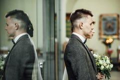 Hübscher Bräutigam und schöne Braut in der Kirche mit Priester führen durch lizenzfreie stockfotografie