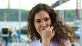 Hübscher Brunette, der an der Kamera lächelt stock video