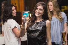 Hübscher Brunette, der ein Cocktail hält Lizenzfreies Stockbild