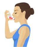 Hübscher Brunette, der einen Asthmainhalator auf weißem Hintergrund verwendet Stockbilder