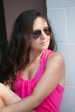 Hübscher Brunette, der im Sommer aufwirft Lizenzfreie Stockfotos
