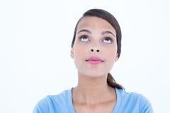 Hübscher Brunette, der oben schaut Stockbilder
