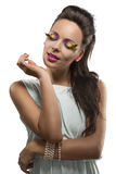 Hübscher Brunette mit auf Segelstellung gefahrenem Verfassungslächeln Stockfotos