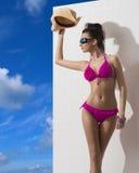 Hübscher Brunette mit Bikinischildern von der Sonne Lizenzfreie Stockfotografie