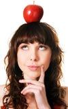 Hübscher Brunette mit einem Apfel auf ihrem Kopf Stockbild