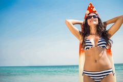 Hübscher Brunette mit einem Surfbrett an einem sonnigen Tag Stockfoto