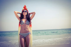 Hübscher Brunette mit einem Surfbrett an einem sonnigen Tag Lizenzfreie Stockfotos