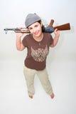 Hübscher Brunette mit Gewehr Lizenzfreie Stockfotos