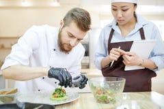Hübscher Chef Plating Dishes stockfoto