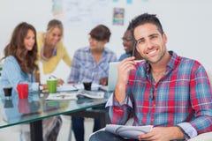 Hübscher Designer sitzen in seinem Büro Lizenzfreies Stockbild