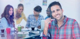 Hübscher Designer sitzen in seinem Büro Lizenzfreie Stockfotografie