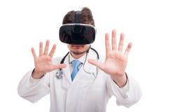 Hübscher Doktor mit rührendem futuristischem Schirm vr Schutzbrillen Lizenzfreie Stockbilder