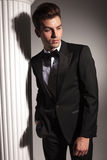 Hübscher eleganter Geschäftsmann, der unten schaut Stockbild