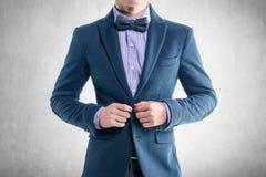 Hübscher eleganter junger Modemann im Mantelsmoking lizenzfreie stockfotos