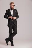 Hübscher eleganter Mann, der seine Jacke schließt Lizenzfreies Stockbild