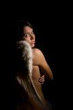 Hübscher Engel auf schwarzem Hintergrund lizenzfreie stockfotografie