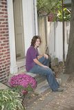 Hübscher entspannender Brunette Lizenzfreies Stockbild
