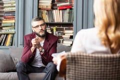 Hübscher erfolgreicher Geschäftsmann, der zum Familienpsychologen kommt lizenzfreies stockfoto