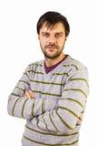Hübscher ernster Mann, der mit den gekreuzten Händen steht lizenzfreie stockbilder