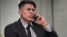 Hübscher erwachsener hispanischer Mann unter Verwendung des Telefons stock video