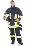 Hübscher Feuerwehrmann in seiner Uniform und in Gang stockfoto