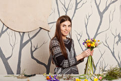 Hübscher Florist, der Blumenstrauß von den Frühlingsblumen macht Lizenzfreies Stockfoto