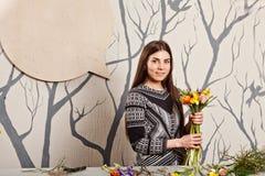 Hübscher Florist, der Blumenstrauß von den Frühlingsblumen macht Stockfoto