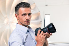 Hübscher Fotograf, der Kamera hält Lizenzfreies Stockfoto