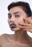 Hübscher Frauenabstrich heraus schwärzen Farblippen Lizenzfreie Stockbilder
