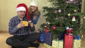 Hübscher Frauengeschenk Weihnachtsgeschenkschal für ihren Ehemann stock video footage