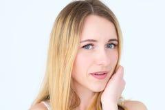 Hübscher Frauenpfeil blickt unschuldiger flirty Blick flüchtig stockbilder