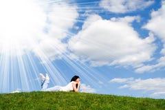 Hübscher Frauenrest auf dem Gras Lizenzfreie Stockbilder